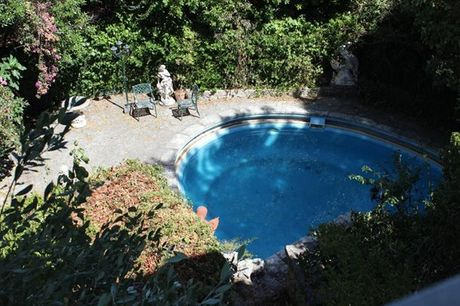 Aproveite para conhecer as populares Praias de Cascais e fique alojado no Cascais Jasmim Doce onde pode usufruir do jardim com piscina. Noite para 2 pessoas por apenas 40€.