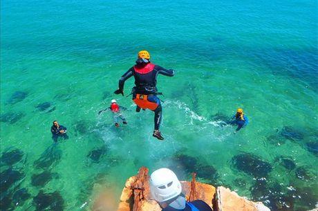 Experimente o Soft Coasteering: Circuito de Natação, espeleologia e muitos saltos para a água, desde 24,90€.