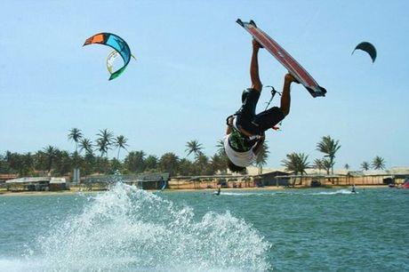 """Atividade para qualquer pessoa: já experimentou kitesurf? Se é a primeira vez escolha a opção """"Batismo"""". Se gostava de desenvolver as suas capacidades neste desporto escolha uma das outras. Experiência a partir de 21,90€."""