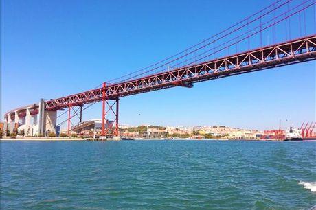 Passeio a dois pelo Rio Tejo com a Lazy Lisbon Cruises. Experiência a partir de 55,90€ para duas pessoas.