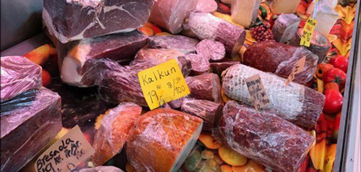 Se de lækre græske og Italienske specialiteter! - Tapas fra Eliis Deli med 5 delisalater a 200 gram, 6 slags pølseudskæringer og 2 brød, værdi kr. 300,-