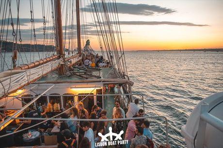 Entre a bordo de uma das melhores festas de Lisboa: Lisbon Boat Party. Uma festa num barco, com vista para a cidade, onde poderá desfrutar de bebidas, boa música, e um sunset incrível. Entrada a partir de 23,9€.