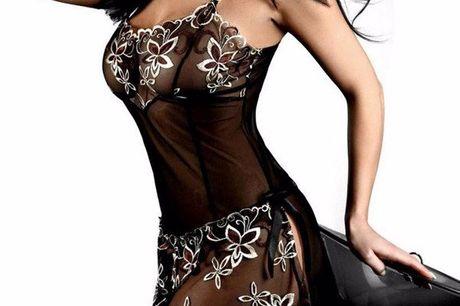 Alejandro's secret 2-delig jurkje. geheel doorzichtig en is mooi afgewerkt met een bloemetjes motief. Wordt geleverd met een bijpassende string.