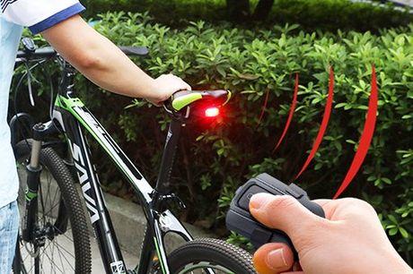 Achterlicht met geïntegreerd fietsalarm Uitgerust met een zeer gevoelige bewegingssensor. Ook te gebruiken als achterlicht. Het alarm is te activeren/deactiveren met de afstandsbediening. Op te laden via een usb kabel. Inclusief bevestingsmateriaal
