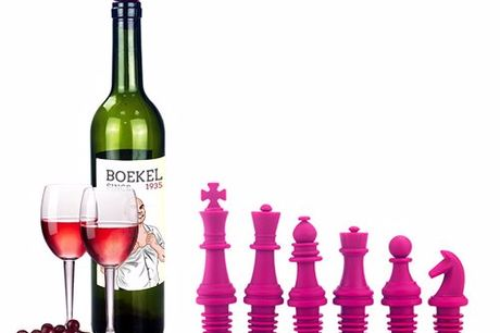 Schaakstukken wijnstopper set Setje van zes wijnstoppen in de vorm van schaakstukken. Om wijnflessen hermetisch af te sluiten en zo de bewaartijd van de wijn te verlengen. Ook geschikt voor bier, champagne, olie of limonade. Verkrijgbaar in vier kleuren.