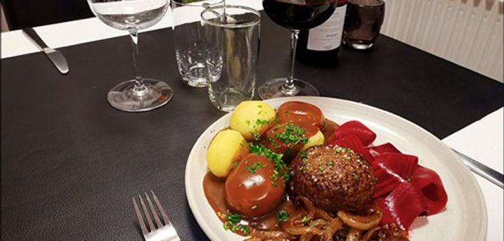Tag på Abild Kro & Hotel og spis dansk bøf - Bestil bord til en herlig omgang dansk bøf med bløde løg, brun sovs og kartofler for 1 person. Værdi kr. 115,-