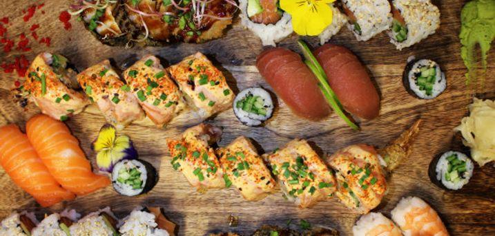 Spar 33% i aften: Farverig sushi serveres med de lækreste, friskpressede frugtjuicer.
