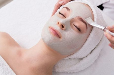 Pacchetto bellezza con pulizia viso profonda, massaggio o ceretta al salone Un Attimo Per Me (sconto fino a 60%)