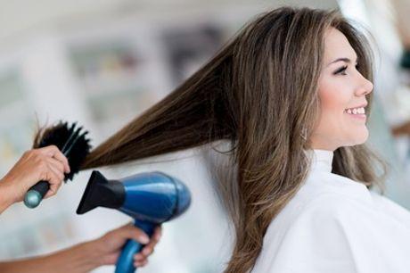 Waschen, Schneiden und Föhnen, opt. inkl. Farbe oder Oberkopf-Strähnchen, bei Haarwelt (bis zu 56% sparen*)