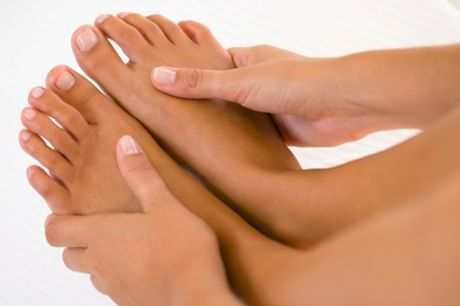 Maniküre und/oder Pediküre inkl. Paraffinbad, Hand- und Fuß-Massage im Nagelstudio Nails & More (bis zu 58% sparen*)