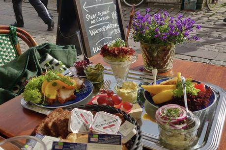 Spar 15% i aften: Hos Nyhavns Kroen kan du nyde god og traditionel dansk mad, i omgivelser der hensætter dig i et nostalgisk tidsrum, hvor hyggen er i højsædet og maden har den fulde opmærksomhed. Book hér og få rabat på hele regningen!