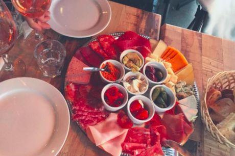 Spar 15% i aften: Tapas og vin er i fokus hér, 200 forskellige vine og lækre tapas anretninger i charmerende omgivelser.  Book via R2N og få rabat på hele regningen.
