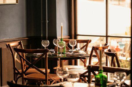 Spar 30% i aften: Leonore Christine ligger i det hyggeligt Nyhavn og serverer smørrebrød til frokost og lækre kød- og fiskeretter til aften. Book hér og få rabat på hele regningen!