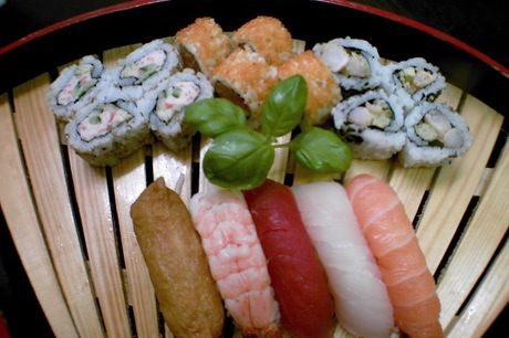 Spar 10% i aften: Frisklavet sushi af høj kvalitet, stort udvalg og mange forskellige menuer. Book via R2N og få rabat på hele regningen.
