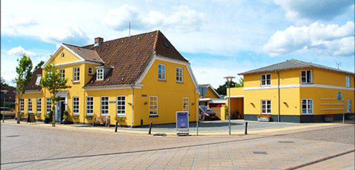 Skønt ophold for 2 i Vestjylland - Vestjysk charme og kvalitet - Velkommen på Hotel Smedegaarden hvor I får 1 skøn overnatning for 2 med morgenmad, 3 retters menu og 1 flaske vin. Værdi kr.1995,-