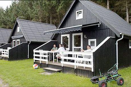 Tag på skøn hytteferie i Nordjylland - Tag på en dejlig miniferie med 3 nætter for 4 personer i kat. 5. hytte inkl. vand, strøm, internet og fri adgang til indendørs svømmehal, værdi kr. 2400,-