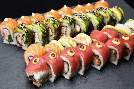 Spar 15% i aften: Z-Sushi på Østerbros menukort er domineret af sushi, men der er også sticks, friske forårsruller og supper at komme efter. Book hér og få rabat på hele regningen i dag!