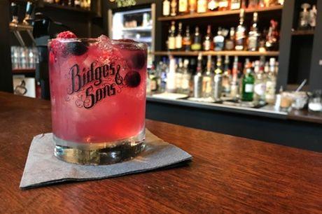 2 oder 4 Cocktails nach Wahl inkl. Snack (z. B. Nachos mit Dip) bei Bidges & Sons (bis zu 53% sparen*)
