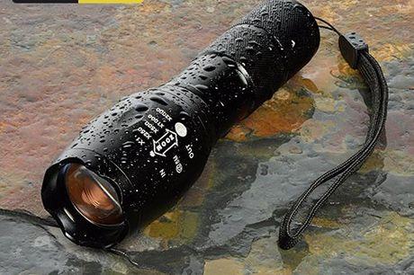 Lampe torche LED puissante 1600 Lumens. Faisceau lumineux réglable. Idéale pour : extérieur et conditions météos déplorables. Étanche