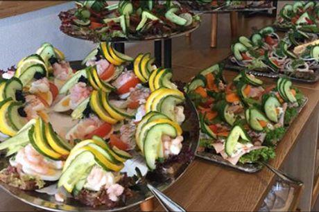 Spis smørrebrød ad libitum inkl. 1 snaps! - Nyd en lækker lørdagsfrokost på Skagen Hotel! Smørrebrødsbuffet ad libitum for 1 person inkl. 1 stk. snaps. Værdi kr. 202,-