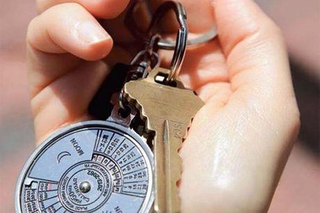 Ewiger Spezial Kalender. Ein 50 Jahr Kalender als Schlüsselanhänger. Hergestellt aus rostfreiem Stahl. Sehr schöne Geschenkidee oder für einen Selbst. Durchmesser: 3,5 cm