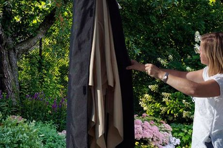 Universelle Sonnenschirm-Schutzhülle. Schützt deinen Sonnenschirm gegen Regen, Schnee, Frost und Vogeldreck. 190 cm lang. Material: Polyester. Leicht und wasserdicht. Einfach zu falten und zu verstauen