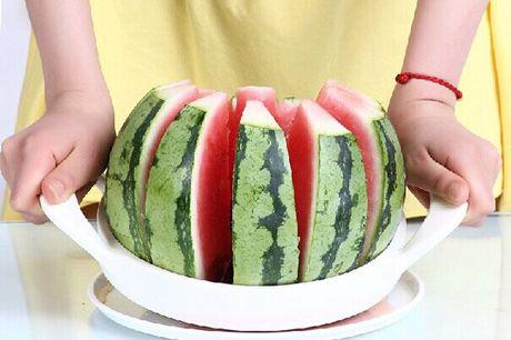 Melonenschneider aus rostfreiem Stahl. Schneidet jede Melone mit einer Handbewegung in 12 gleiche Stücke. Vermeidet Unfälle und unfreiwillige Selbstverstümmelung. 21 cm Durchmesser. Messer aus rostfreiem Edelstahl