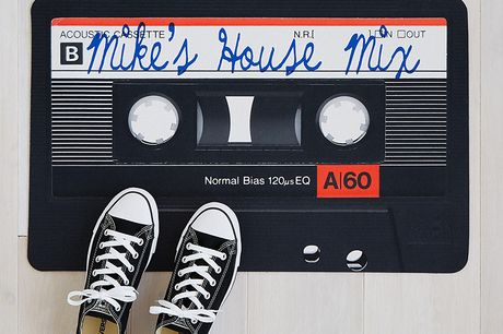 Mixtape Fußmatte. Retro-Fußabtreter in Musikkassettendesign. Für nostalgische Seelen, die nichts für Spotify übrig haben. Geeignet für drinnen oder draußen. Aus Polyester gefertigt.