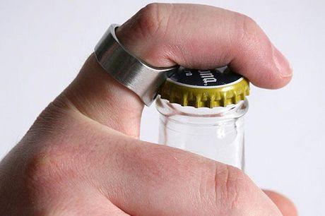 Flaschenöffner-Ring. Einfaches Öffnen von Bierflaschen und Co. mit diesem Ring. Leichtgewichtig und aus Edelstahl gefertigt. Jederzeit einen Flaschenöffner zur Hand. Chill.