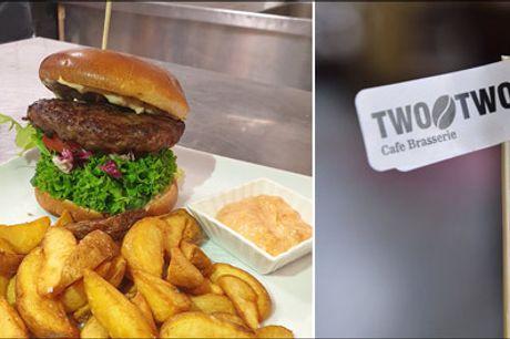 Sulten? Så se lige denne lækre burgerdeal - Nu kan du få en lækker okseburger med bådkartofler for 1 person hos Cafe Two O Two, værdi kr. 105,- Bestil bord i dag..