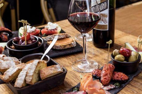 Spar 20% i aften: Voraz inviterer til café-hygge i Strædet i indre København. Hér byder menuen på knasende sprøde pizzaer og cocktailbaren sørger for at slukke tørsten. Bestil via R2N og få rabat på både mad og drikke.