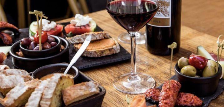 Spar 20% i aften: Voraz inviterer på café-hygge i Strædet i indre København. Hér byder menuen på retter af høj kvalitet og cocktailbaren sørger for at slukke tørsten. Bestil via R2N og få rabat på både mad og drikke.