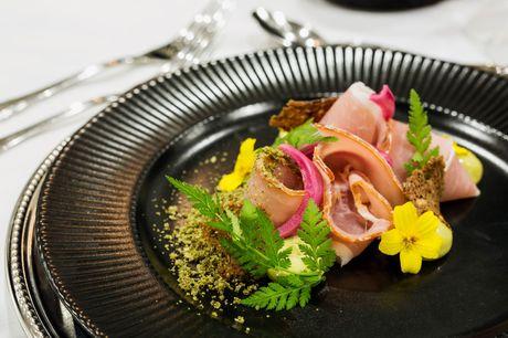Tag på et formidabelt kroophold på Christie's Sdr. Hostrup Kro i Sønderjylland og nyd stedets velkendte og velanmeldte  gourmetmad