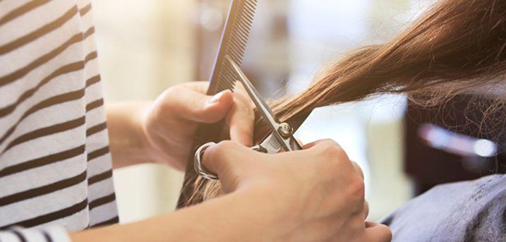 Hos Salon Jensen i Horsens bliver du forkælet med både hårvask, hovedbundsmassage, klip, pæne bryn og et skønt produkt til at tage med hjem