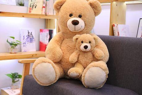 Pluche knuffelbeer XL Gegarandeerd uren knuffelplezier met deze schattige knuffelbeer! De beer is gemaakt van zacht pluche dat zeer comfortabel aanvoelt en jong en oud uitnodigt om te knuffelen.