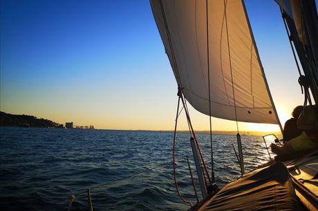 Embarque numa viagem para 2 e conheça Lisboa a partir do rio Tejo, numa viagem inesquecível ao pôr do sol! Aproveite por apenas 71,90€