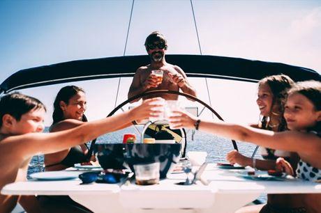 Junte os amigos e família e embarque nesta experiência inesquecível! Aqui há tempo para tudo, seja para descansar e apreciar a paisagem, mergulhar, para conviver, tudo! Reserve já o seu lugar! Passeio de barco pelo Rio Tejo para até 12 pessoas a partir de