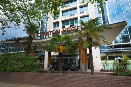 London: Deluxe Room for 2 with Breakfast, Welcome Drink and Option for Dinner at Clayton Chiswick Hotel