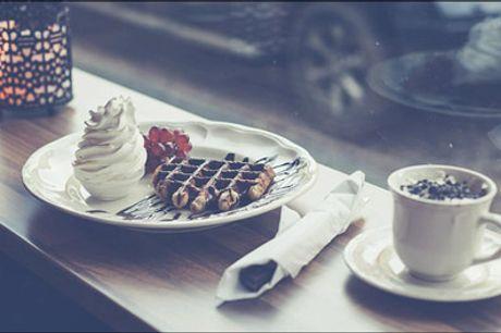 Belgisk vaffel eller pandekager - MUMS! det er noget af en lækkerbisken. Du får 1 belgisk vaffel eller 3 pandekager med enten en kaffe, en kakao eller en kildevand til. Værdi op til kr. 88,-