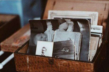 Devolva a vida às suas fotos antigas! Se tem fotos envelhecidas ou danificadas, este é o momento de cuidar delas! A Maria Pessoa Photographer ajuda-a a recuperar fotos antigas, devolvendo-lhes de novo a vida! Aproveite a partir de 30€