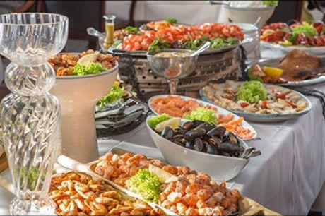 Miniferie for 2 med berømt fiskebuffet - Skøn miniferie med 3 overnatninger for 2 med morgenmad, velkomstkaffe og kage, 1 flaske vin på valgfri aften samt fiskebuffet på valgfri aften. Værdi kr. 3952,-