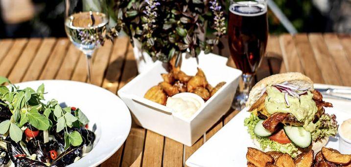 Spar 10% i aften: Couloir er en restaurant med store ambitioner! Nyd den flotte udsigt og mad lavet af høj kvalitet. Book hér og få rabat på hele regningen i dag!