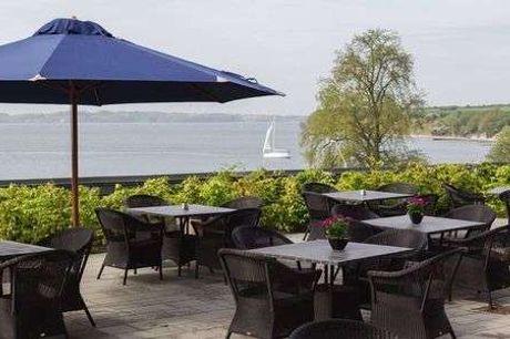 Hotel Sønderborg Strand. Ferie på Als Bestil inden 31.08 - 2 overnatninger - 2 x morgenbuffet - 2 x hovedret og kaffe/the med sødt - 1 x 1 glas vin i lobby baren (15-17) - Gratis parkering og internet)