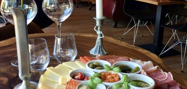 Spar 15% i aften: Hos The Secret Frederiksberg er der mulighed for at smage på mange gode vine, da alle kan købes glasvis.  Book hér og få rabat på hele regningen i dag!