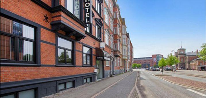 Dejligt ophold for 2 i Aalborg - Central beliggenhed i hjertet af Aalborg. I får 2 overnatninger i Lille dobbeltværelse inkl. morgenmad og 1 flaske bobler på værelset. Værdi kr. 1840,-
