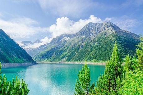 Vacanza in bici nella natura del Tirolo, Mayrhofen, Austria. undefined