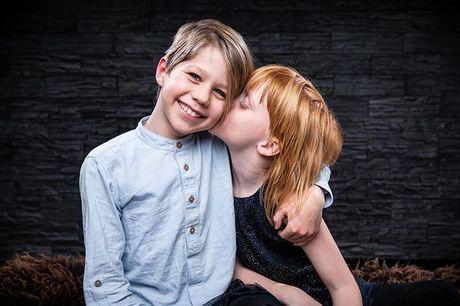 Fotosession hos fotograf - Pakke 1: Lille Familiepakke (Billeder: 2 stk. fra 1/2 kategorien) - 60 min. - Pakke 2: Stor Familiepakke (Billeder: 4 stk. fra 1/3 kategorien) - 90 min. - Pakke 3: LinkedIn/profilbillede-fotografering af 1 person fra 16 år (Bill