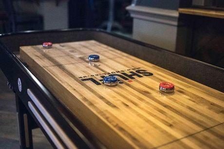 1 times shuffle board med lun foccacia og chips Det simple og sociale spil er perfekt for legebørn i alle aldre, og sætter en perfekt ramme for en hyggelig aften ude med et par venner. Spillet kan spilles fra 2 til op til 8 spillere samtidigt og sammenlig