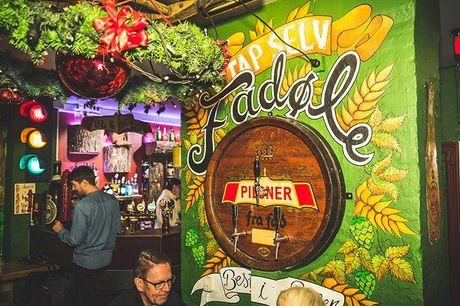 """2 store og valgfrie fadøl og snacks  Rævens Bar er måske en af de hyggeligste barer i indre Købehavn. Her finder du mere end 70 forskellige """"oldschool"""" brætspil, en unik stemning og en utrolig hyggelig indretning. Det er både perfekte til en aften med gut"""