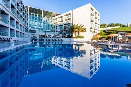 Descubra este hotel suspenso numa falésia, entre o azul do céu e o azul do mar. Noite com pequeno-almoço para 2 pessoas + acesso ao circuito SPA desde 69,90€.